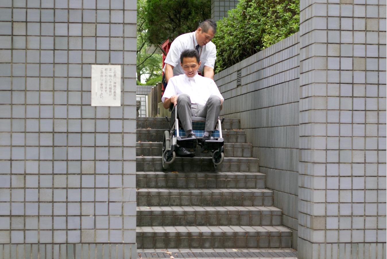 急な階段、車椅子で登る,患者,階段,病人,移送,階段の登り降り