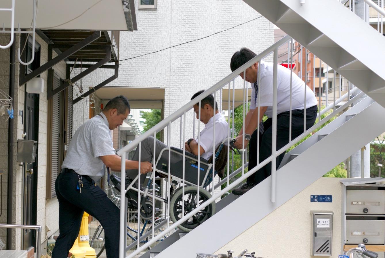 車椅子に乗ったまま、階段を上り下り